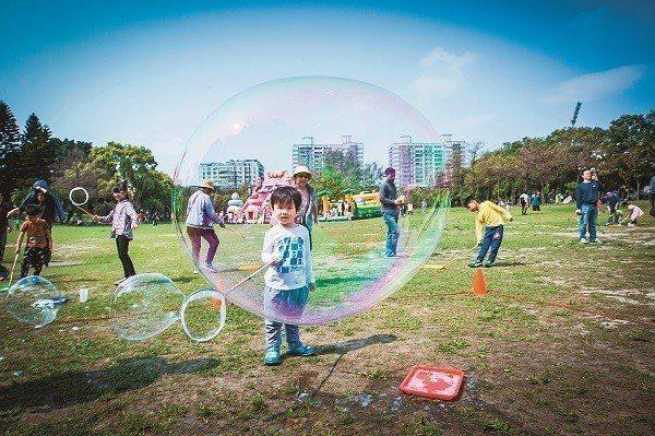 玩玩具和玩遊戲不只可以幫助孩子五感發展,家長也能從中觀察孩子的個性。(攝影/攝影...