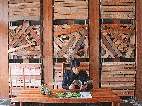Home Hotel大安館1樓展區牆面設計,使用回收的木棧道,是文青拍照優選地。...