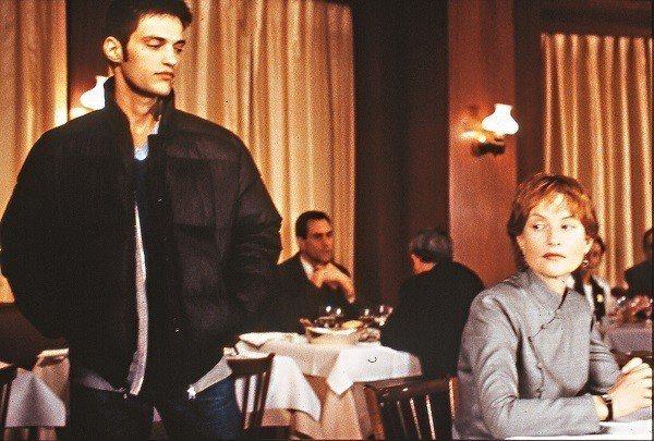 法國電影《肉體學校》改編自日本作家三島由紀夫的作品,內容講述中年女性沉迷於青春野...