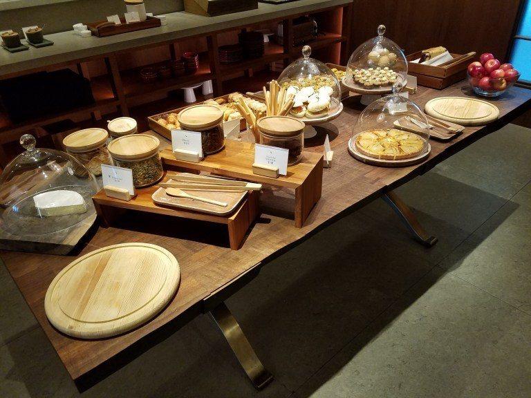 中間的桌子上有一些麵包與糕點 圖文來自於:TripPlus