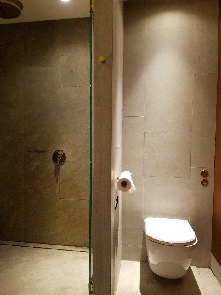 淋浴間(左邊)與馬桶(右邊) 圖文來自於:TripPlus