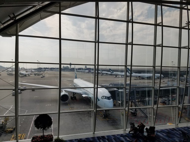 這一個頭等艙貴賓室採用開放式的空間,與玉衡堂不同,也可以往外就看到飛機 圖文來自...