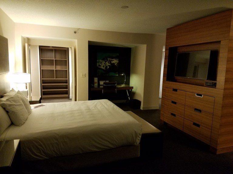 主編大人的套房,可以看到傳統上電視櫃,置入中央分隔臥房跟客廳的設計,這種方式其實...