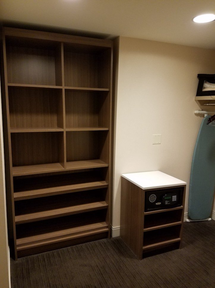 臥室旁這個Walk-In Closet,空間超大,感覺在裡面走路都沒有問題 圖文...