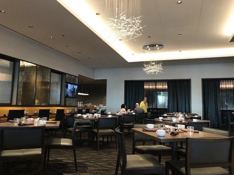 整個餐廳是開放式,現代感的吊燈真的滿好看的 圖文來自於:TripPlus