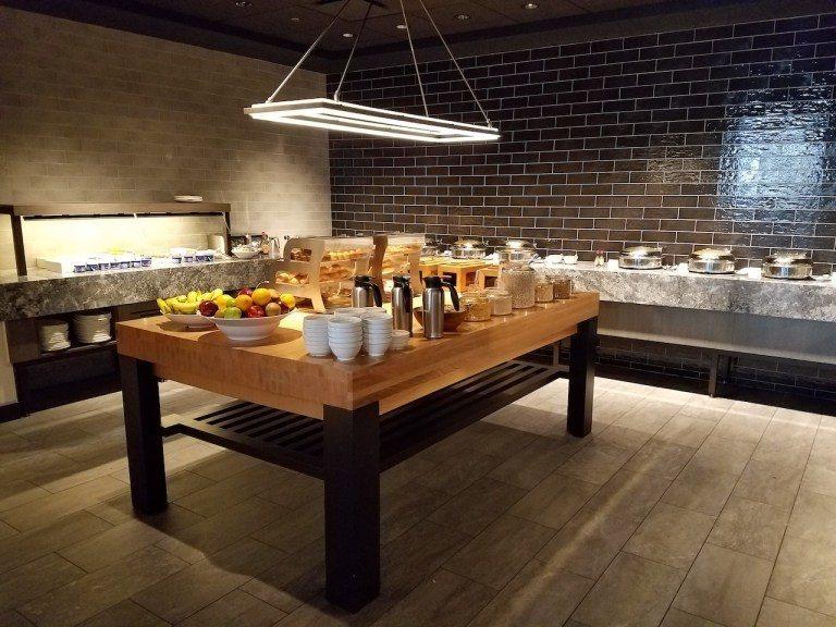 早餐buffet就是在餐廳的獨立一區取餐。像主編大人這種頂級貴客,就享有免費的早...