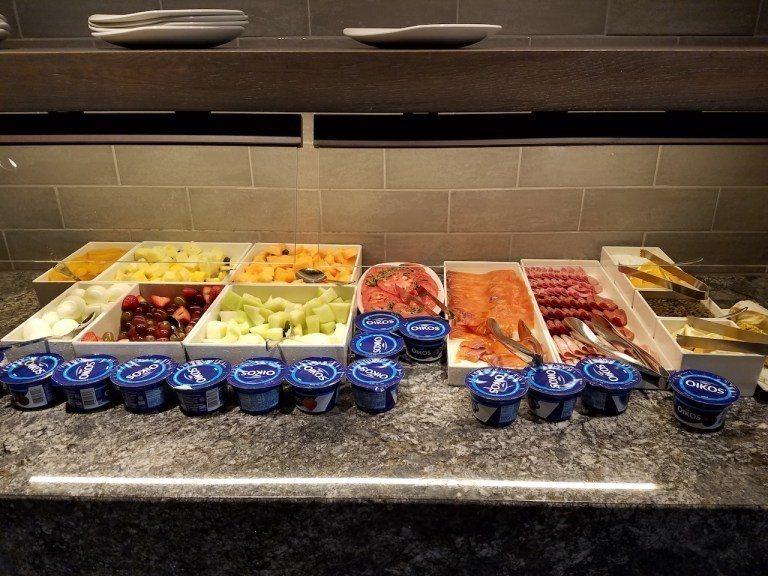 冷盤有水果、火腿跟燻鮭魚,種類看起來好豐富 圖文來自於:TripPlus