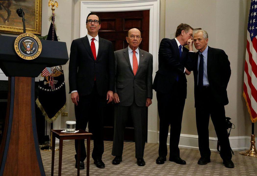 川普政府貿易政策四大要角中,白宮貿易顧問納瓦羅(右)又淪為配角。 路透
