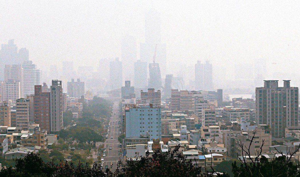 圖為高雄八五大樓隱沒在霧霾中。 聯合報系資料照