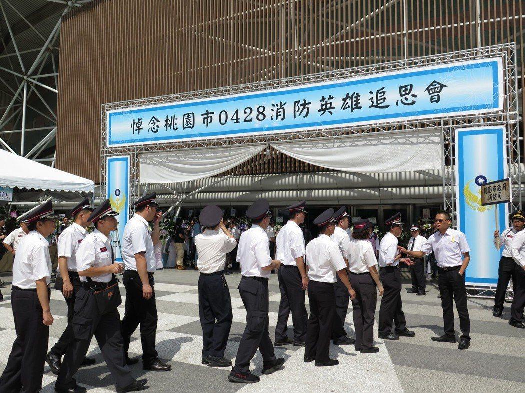 桃園巨但今天舉行殉職消防員追思會,各地消防員到場致意。記者張裕珍/攝影