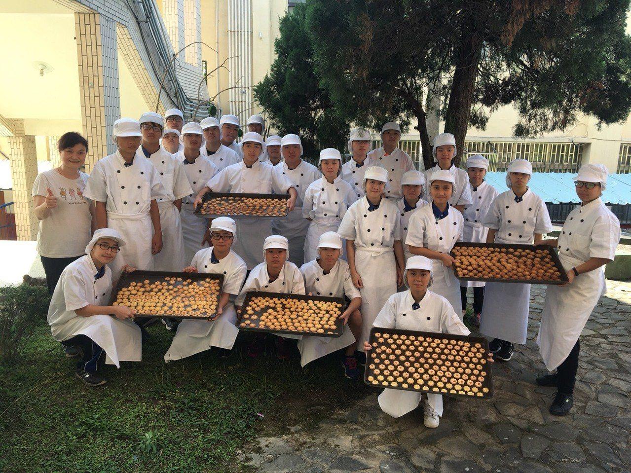 華山國中的老師指導學生自製「菊花小餅乾」、「桔醬」,象徵吉利、希望考試能開花結果...