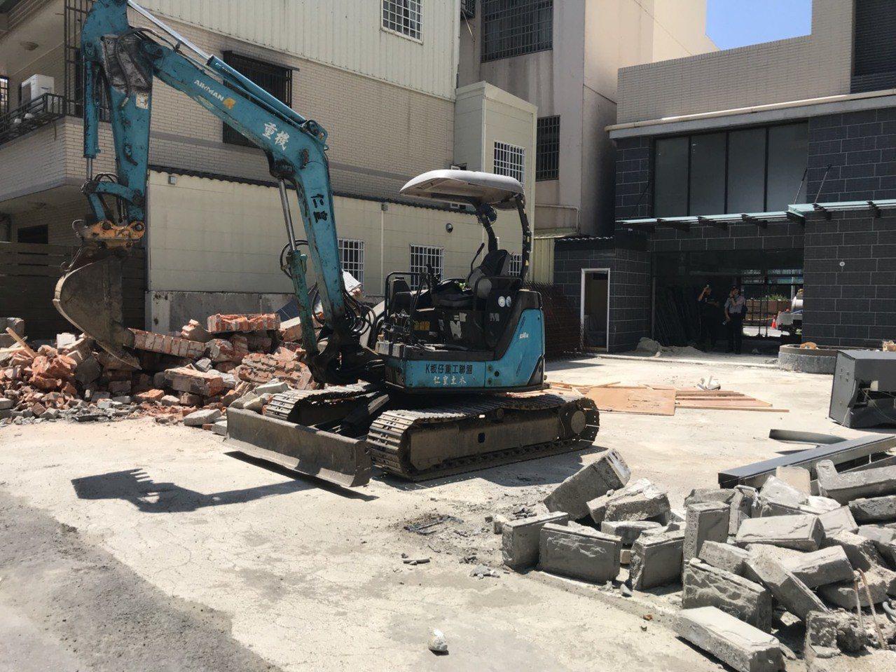 苗栗縣政府今天拆除頭份市自強路二段違章章建築,過程相當平和。圖/苗栗縣政府提供