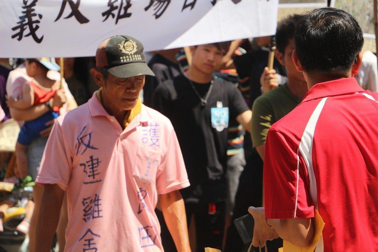 自救會村民在上衣標示,抗議養雞場與養豬場興建所帶來惡臭與汙染。記者邱奕能/攝影