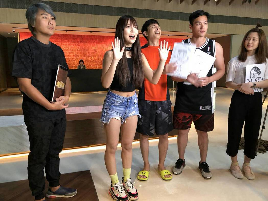 日本AV女優三上悠亞(左二)錄「飢餓遊戲」。圖/中視提供