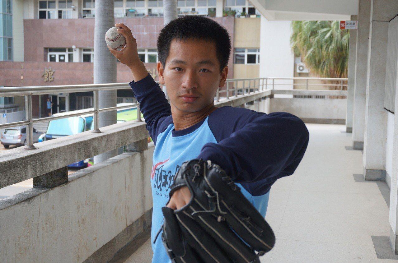台中一中學生張恆致熱愛棒球,國中練投右肩受傷,他立志當骨科或復健科醫師,順利考上...