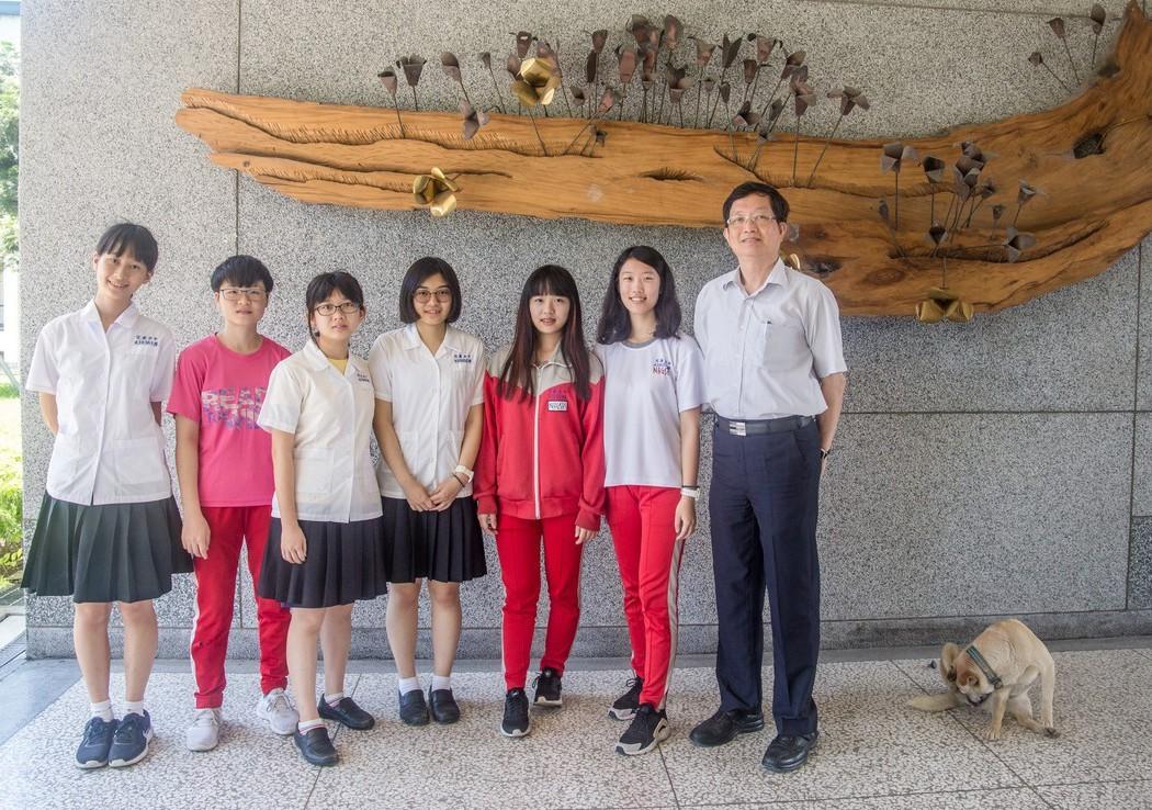 花蓮女中黃筱涵(左1)、許曈(左2)、李祺暄(左3)、郭恆全(中)、邱荺芝(右3...
