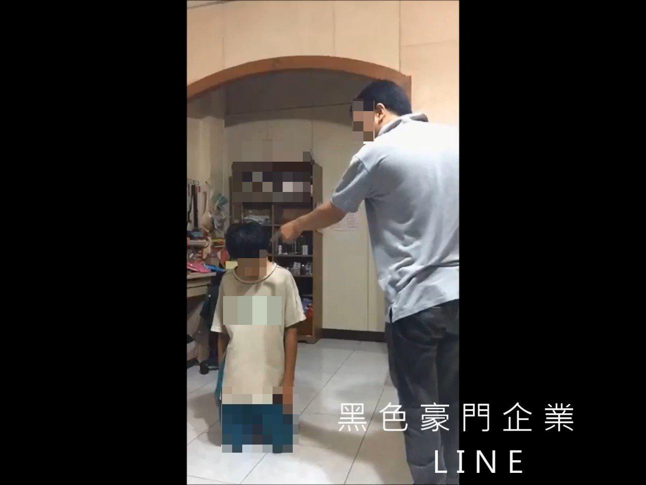 吳姓父親逼兒子罰跪。圖/翻攝自臉書黑色豪門企業