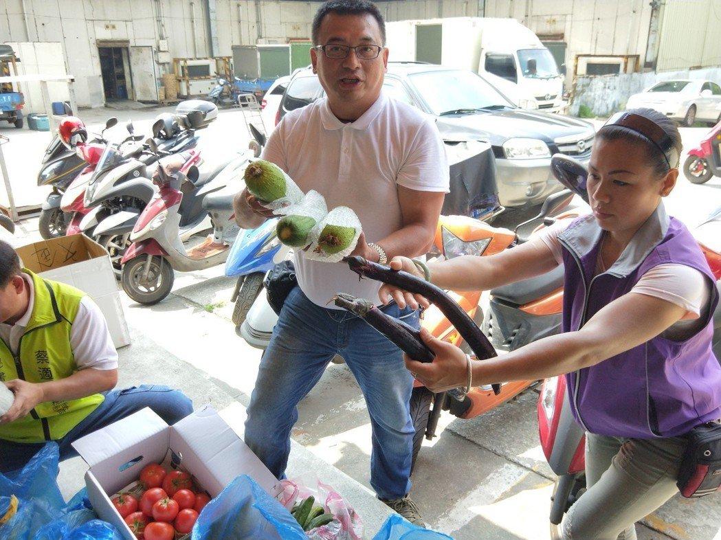 基隆果菜市場管委會送了一整車的蔬果給三民里長許超勝,許里長很開心地說,「謝謝果菜...