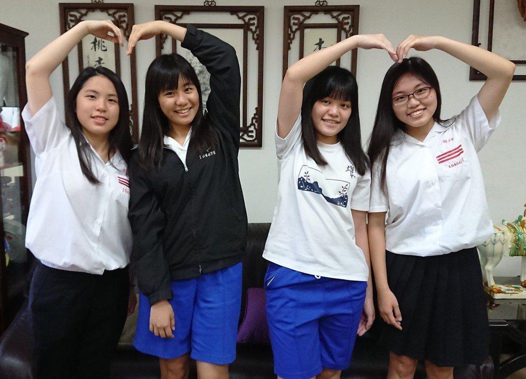 高雄女中學生吳昀真(左起)、陳胤彣、楊子緹、高楊幸真,前三人都準備到大陸及香港念...
