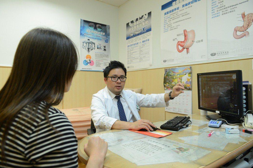 醫師陳彥志表示,超音波導引真空輔助抽吸乳房腫瘤切除手術,讓女性術後不會有醜醜的疤...