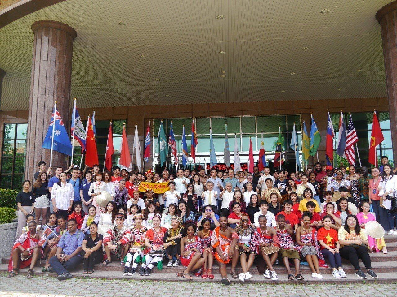 義守大學校內多達2千名國際學生,學校舉辦藝術節促進文化交流。記者徐白櫻/攝影