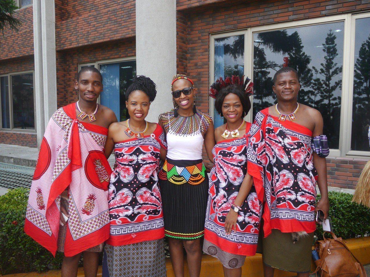 非洲史瓦濟蘭學生穿著傳統服飾出席活動,稱讚台灣人非常友善。記者徐白櫻/攝影