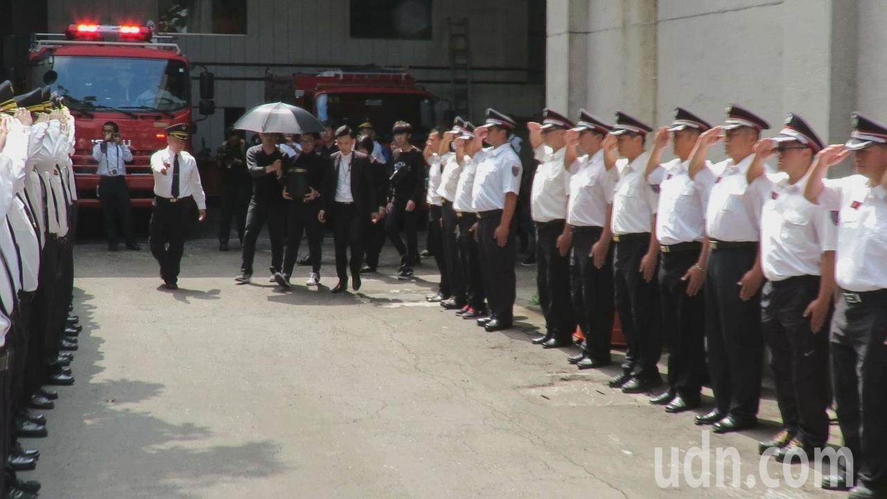 桃園警鵬工廠大火,殉職平鎮消防分隊小隊長李翰霖家屬,今天下午帶著他的骨灰返回隊部...