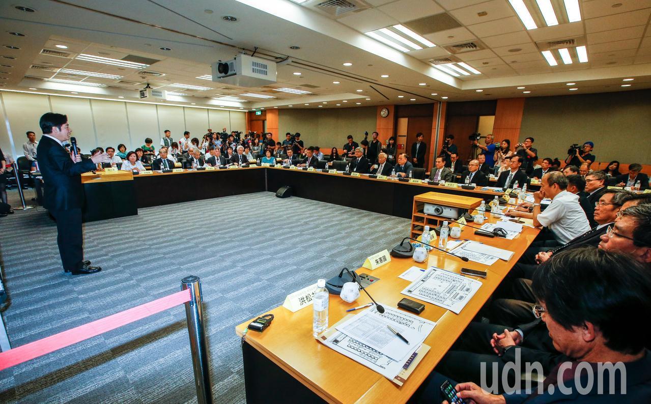 行政院長賴清德(左)下午前往新竹台積電與半導體業者座談,賴清德表示,半導體產業是...