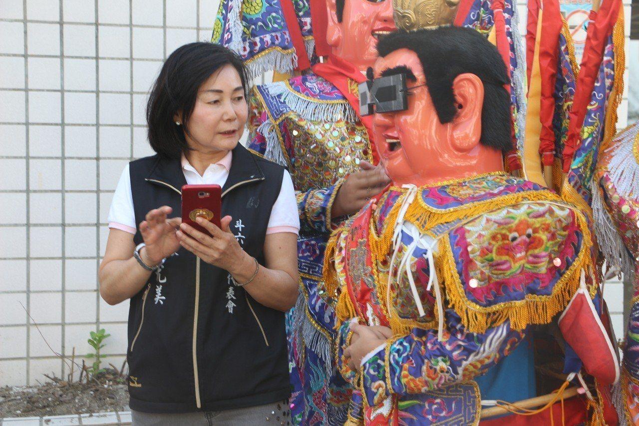 在鎮東國小學生扮演的三太子表演下,斗六市第39里「文化里」今日早上9時成立。記者...