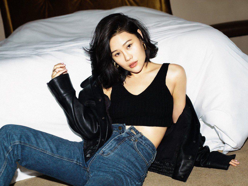 大陸歌手袁婭維將來台宣傳,笑說最期待台灣小吃。圖/華納音樂提供