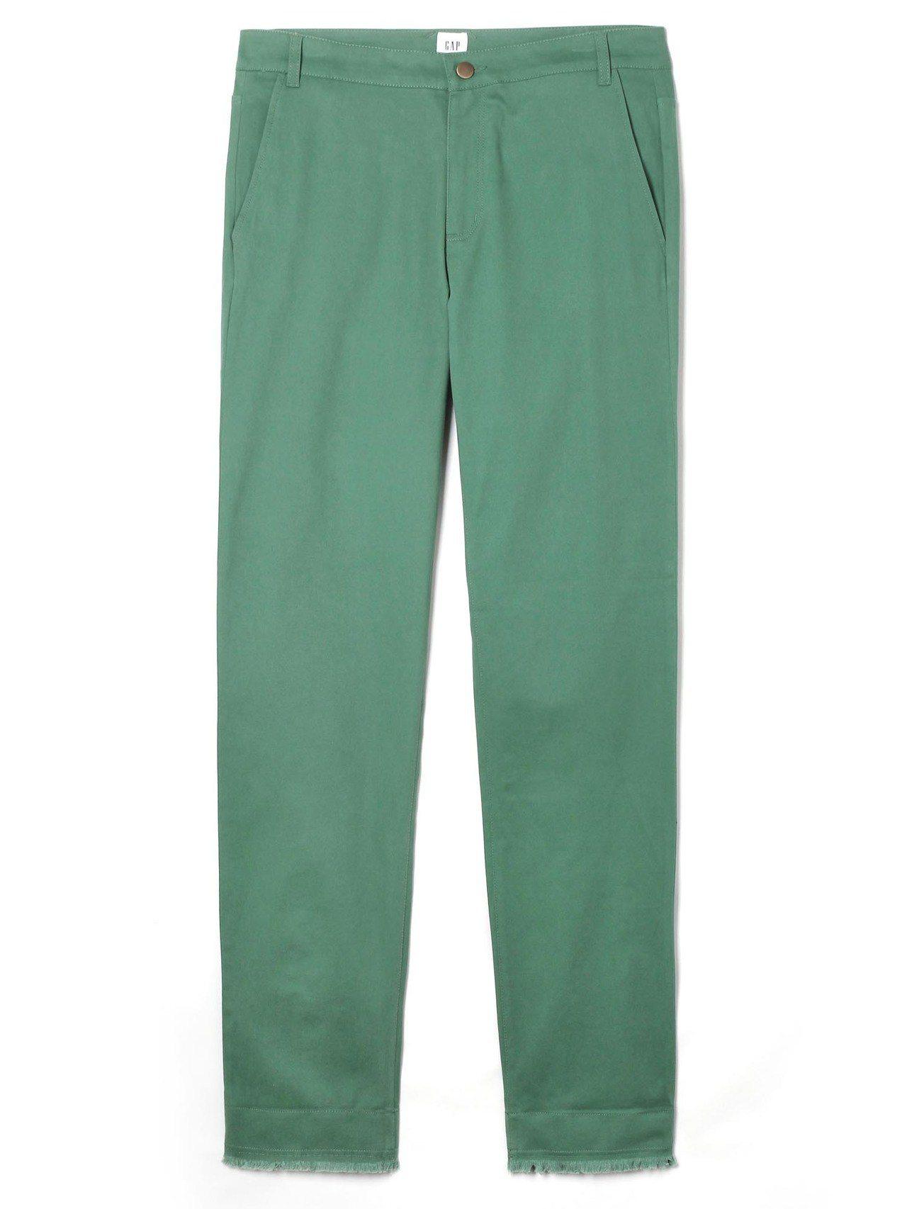 GAP與Constance Tsui聯名系列純色毛邊卡其褲,約2,299元。