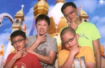 埔心分隊小隊長游曜陽(右一)與家人。圖/桃園市消防局提供