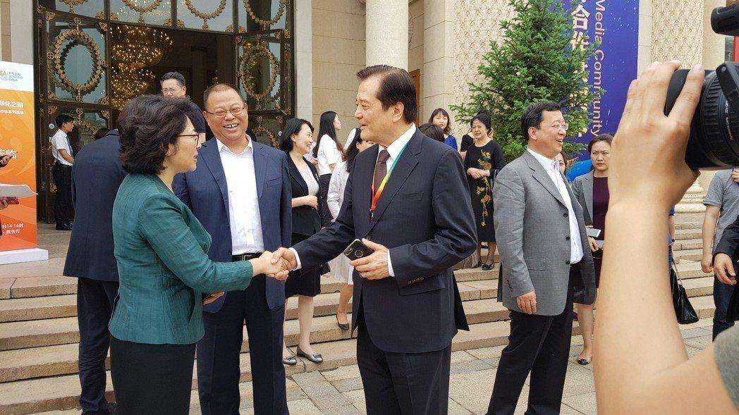中國國家廣播電視總局 國際合作司司長馬黎(左)和汪威江北京相見歡。圖/中華廣播電...