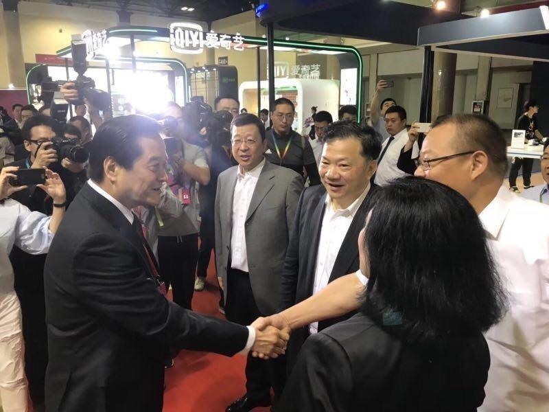中國國際電視總公司總裁薛繼軍(右)和汪威江在台灣館前熱切問候。記者楊起鳳/翻攝