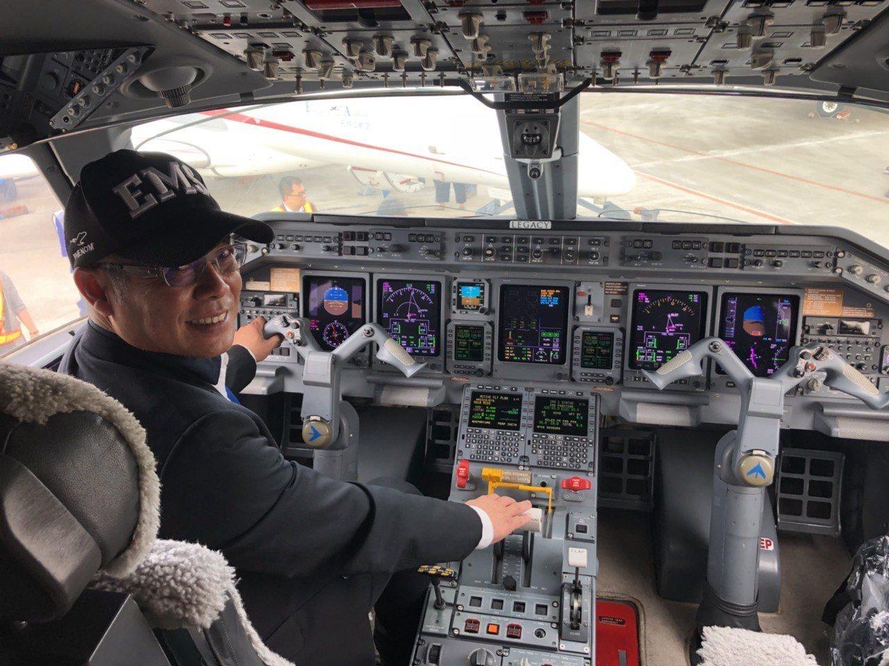 楊宿智個人飛行時速已有7800小時,也擁有8個商務機執照。記者侯俐安/攝影