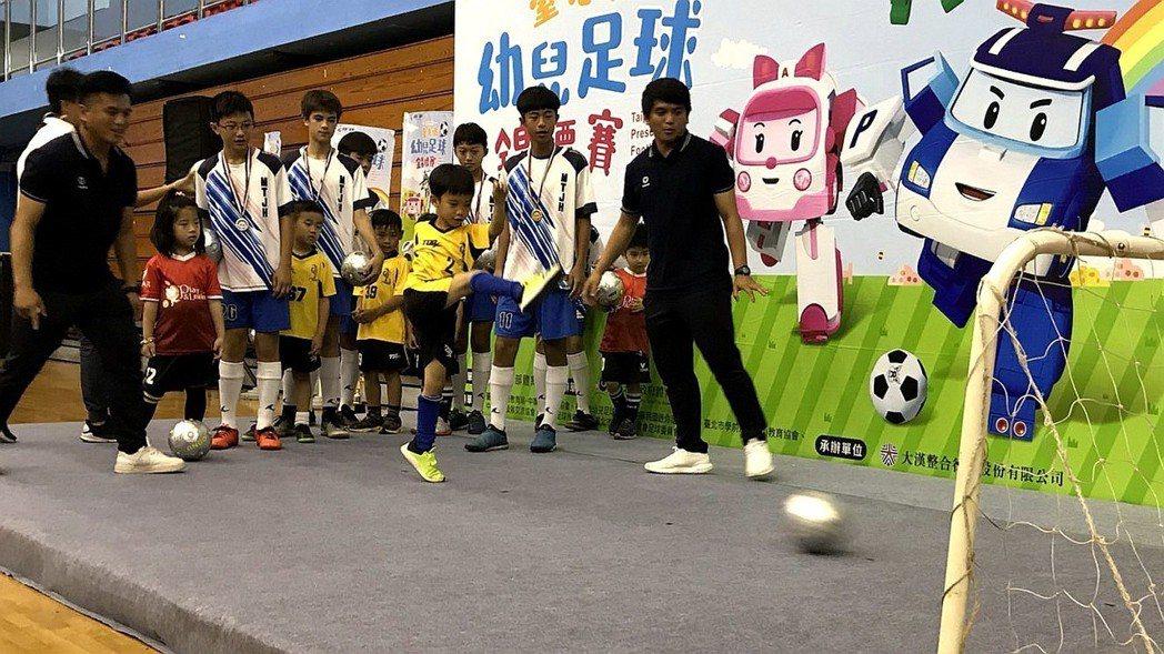 前中華隊國腳羅志安、羅志恩帶領民族國中球員指導幼童。記者劉肇育/攝影