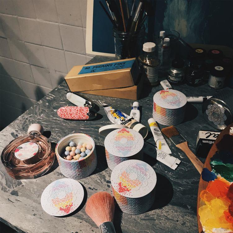 2018夏季限定幻彩流星蜜粉絢彩霓光限量版,外盒設計有如油彩渲染般,充滿藝術氣息...