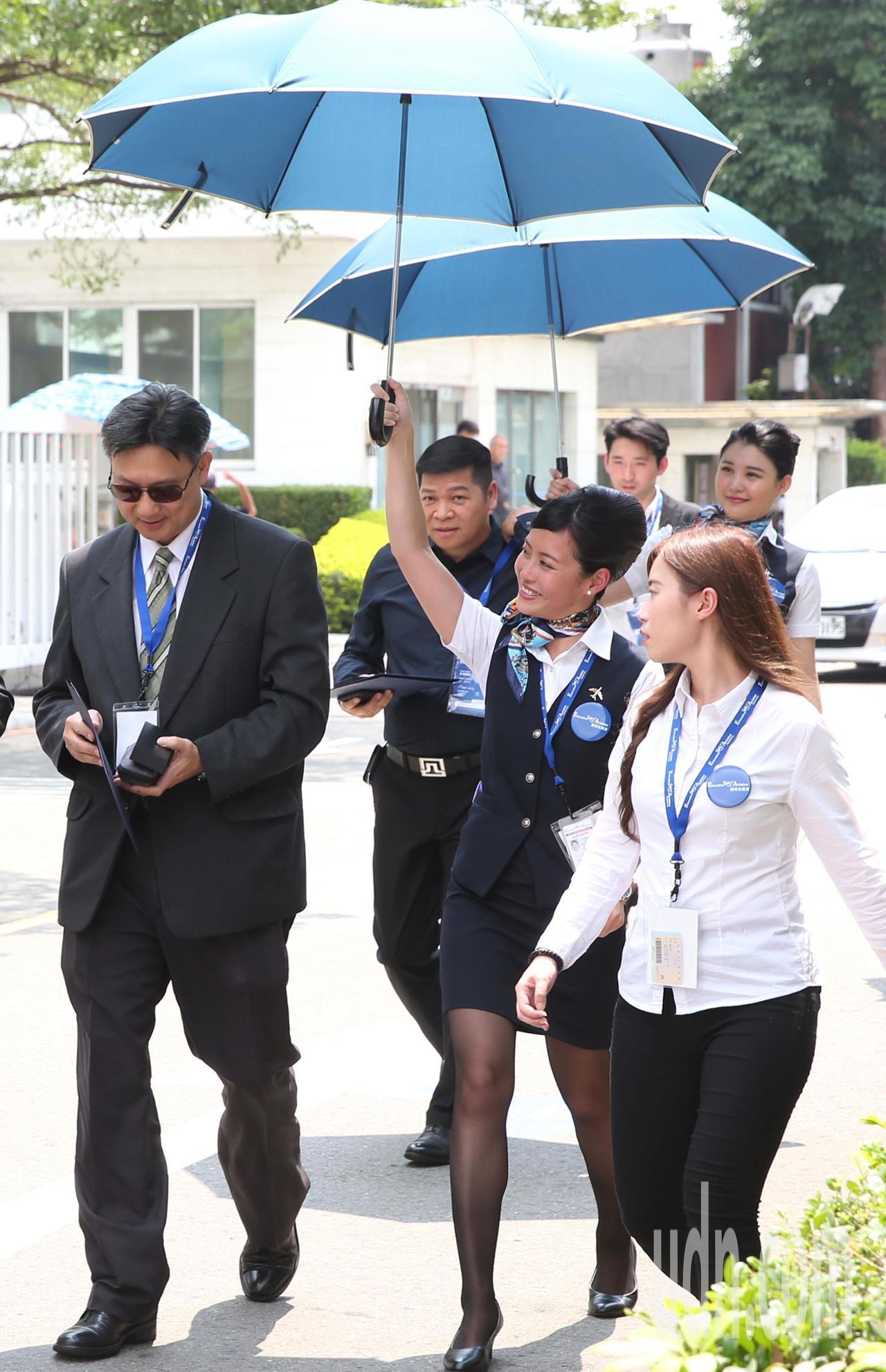 台北36度創下今年以來最高溫。一場航空公司醫療專機發表會,有感於高溫中來賓盛裝出...