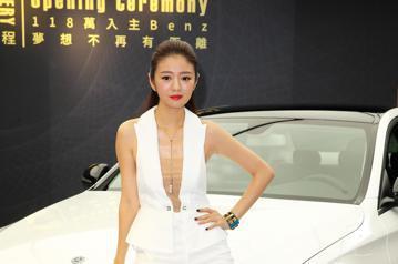 安以軒下午身穿一襲白色褲裝出席車商活動,安以軒在活動中分享開車的心得及買車經驗。安以軒表示她開車方式像男生,但是不會開快車,車速都在速限內。現在有很多獨立自主的女性,她覺得女生自己開車很帥,對於買車...