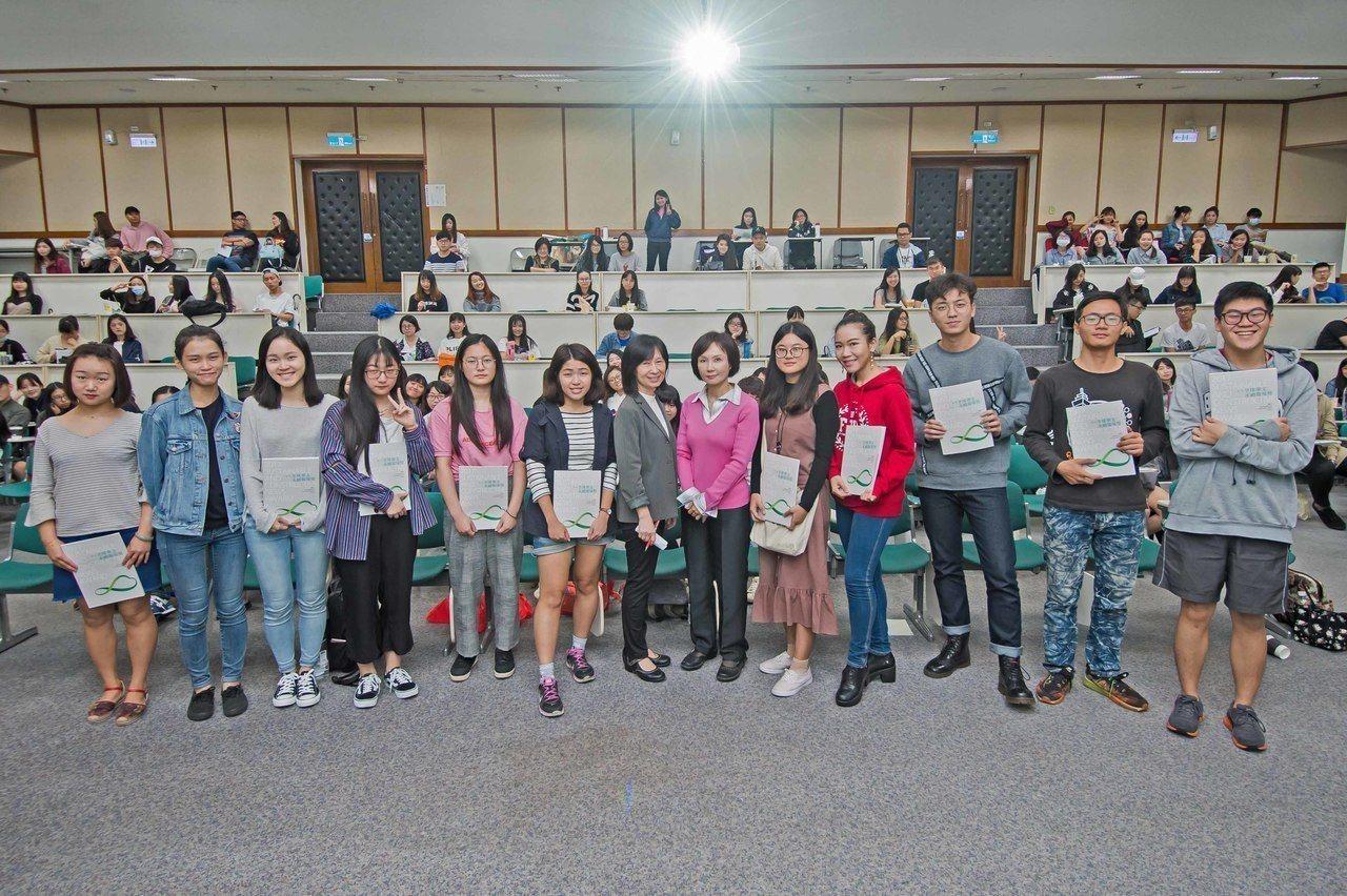 2018全球華文永續報導奬6月開始報名,歡迎新聞從業人員及學生參加,以建設性新聞...