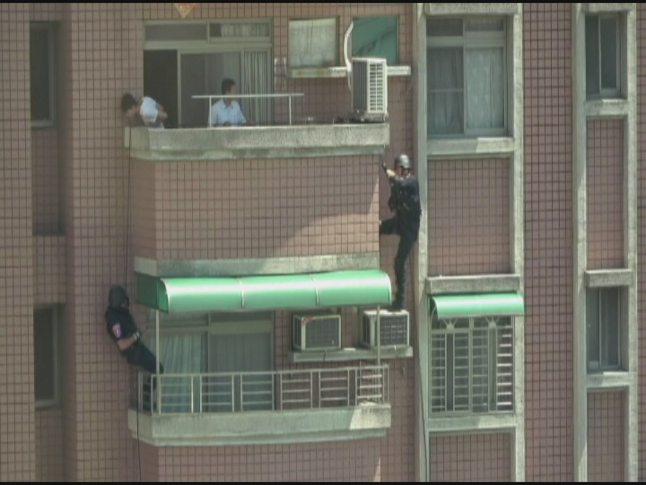 刑事局偵三大隊今天在嘉義西區一處大樓攻堅逮捕2人到案,將帶回偵訊釐清案情。照片刑...