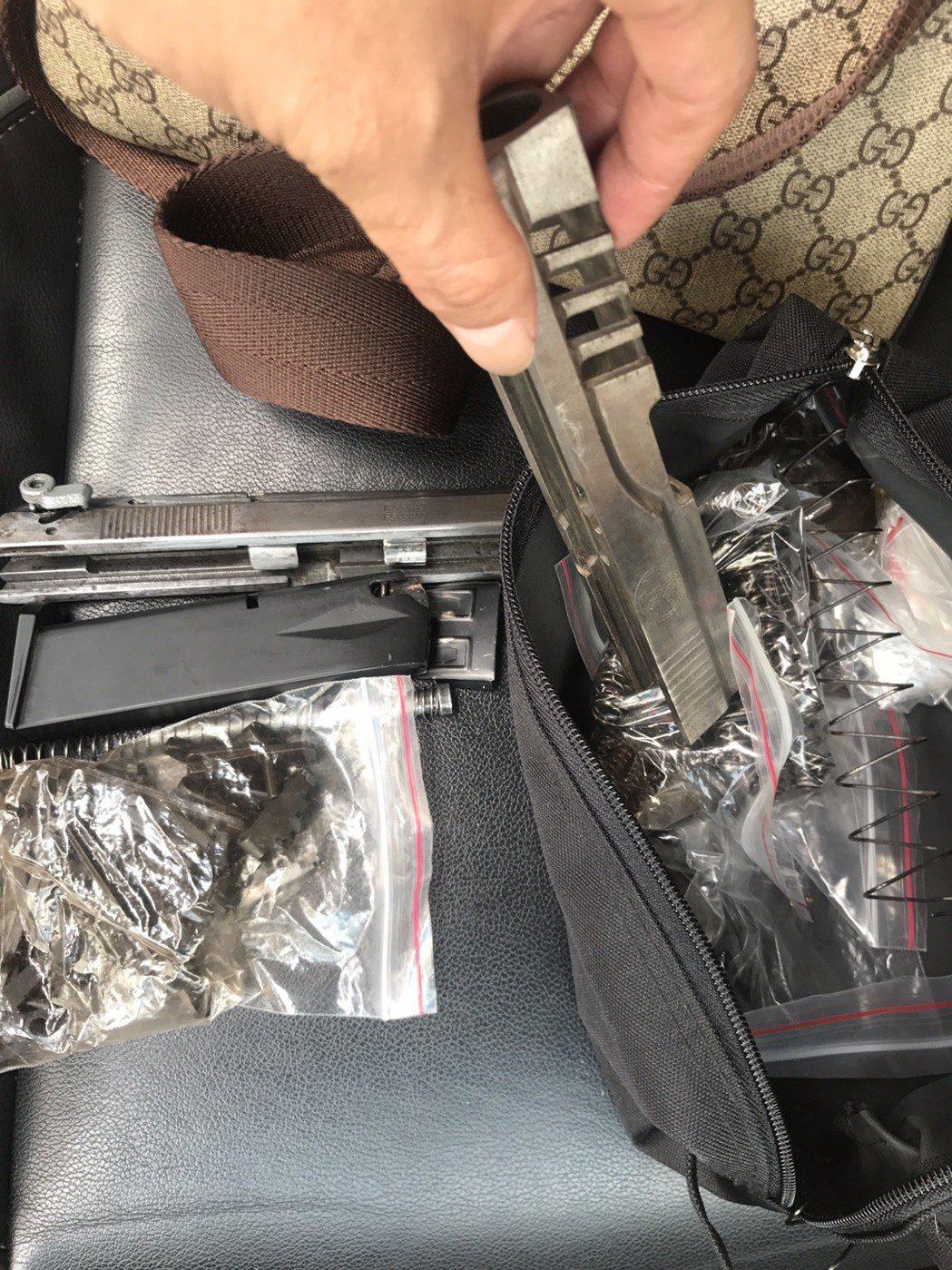 警方在陳嫌隨身包包查扣到已經拆解的改造手槍。記者林昭彰/翻攝