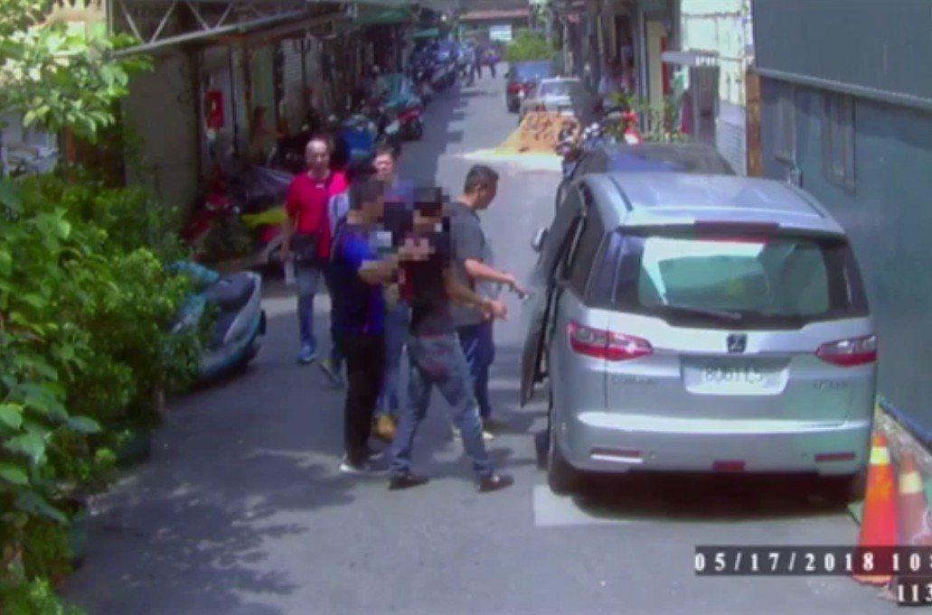 警方在陳嫌住處巷內將他逮捕歸案。記者林昭彰/翻攝
