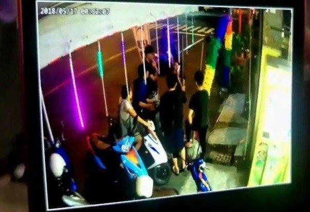 高雄鳳山區南華路今凌晨傳出圍毆事件。記者林伯驊/翻攝