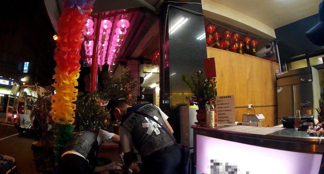 警消到場發現受傷坐在地上的鄭姓、蔡姓青少年。記者林伯驊/翻攝