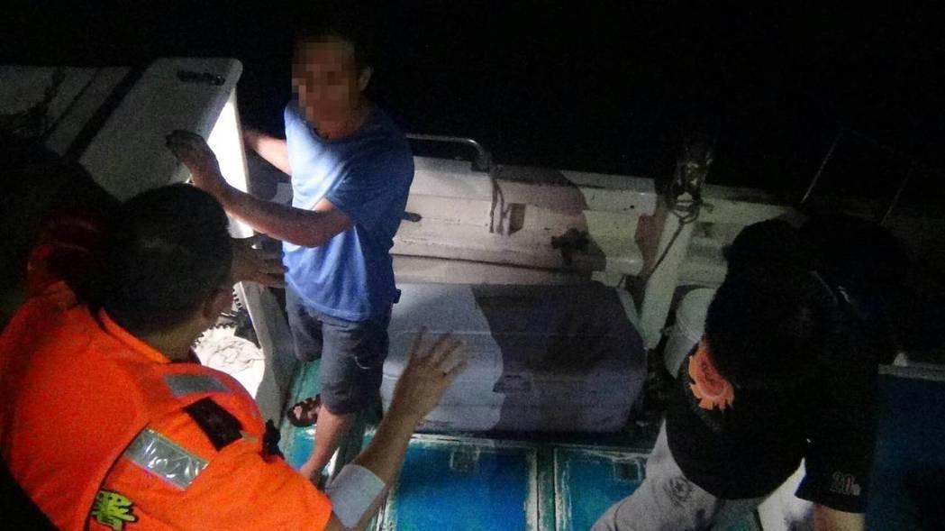 基隆海巡隊昨晚在象鼻岩附近海域,查獲一艘漁船,涉嫌違法潛水捕魚,登檢後發現船上有...
