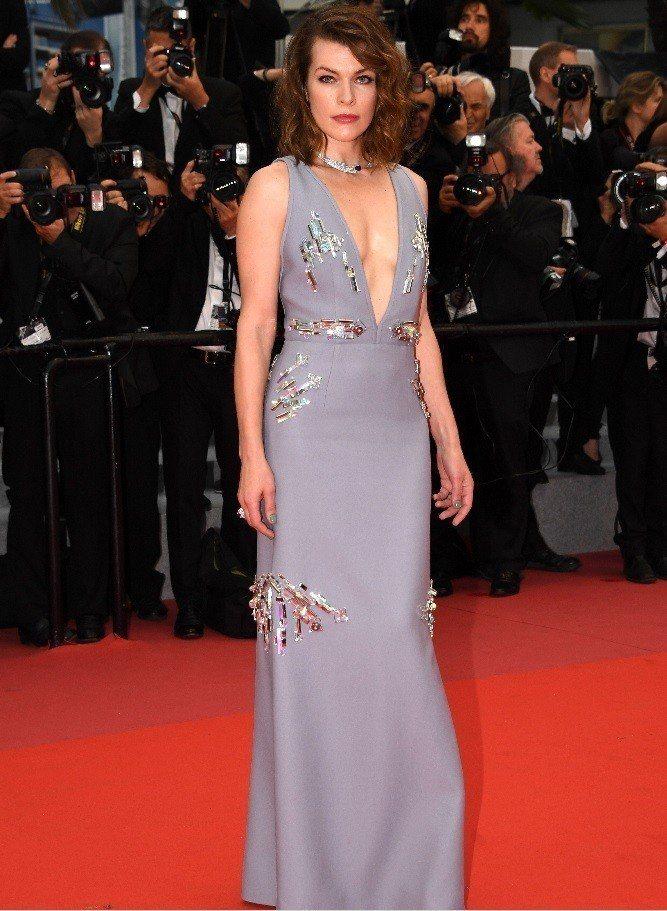 蜜拉喬娃薇琪穿上性感深V禮服欣賞「燃燒烈愛」首映。圖/歐新社