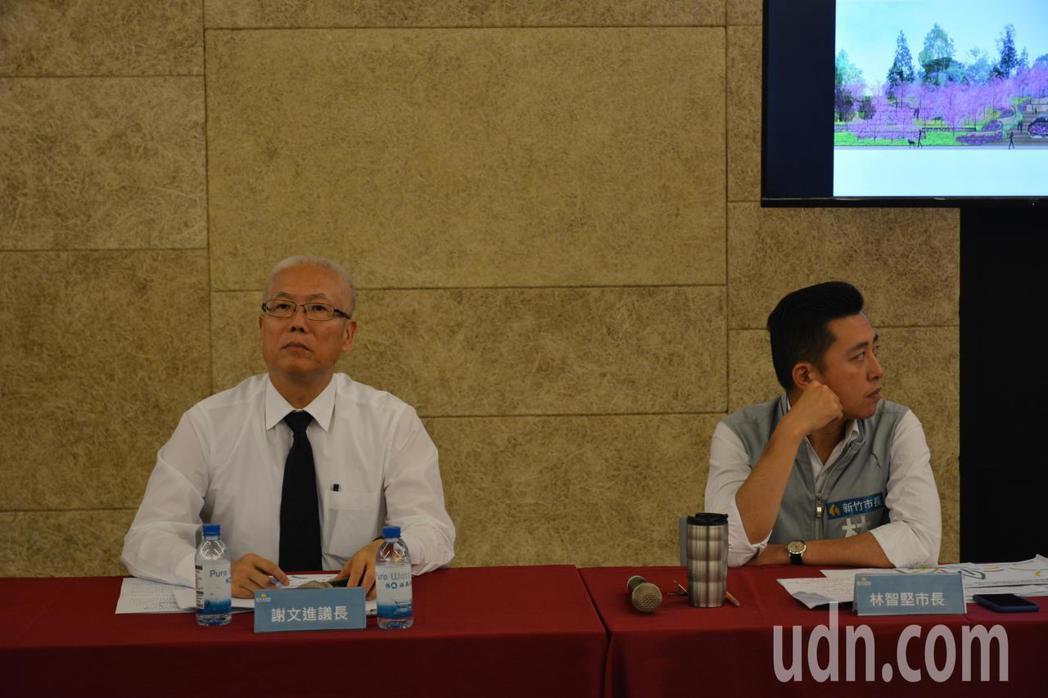 新竹市議長謝文進(左)與新竹市長林智堅(右)今天在市政考察會議同桌,眼神少有交集...