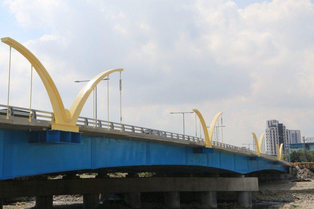 台中市南屯區知高橋正在改建,中華電信今上午進行管線遷移,因未事先申請,現場交通阻...