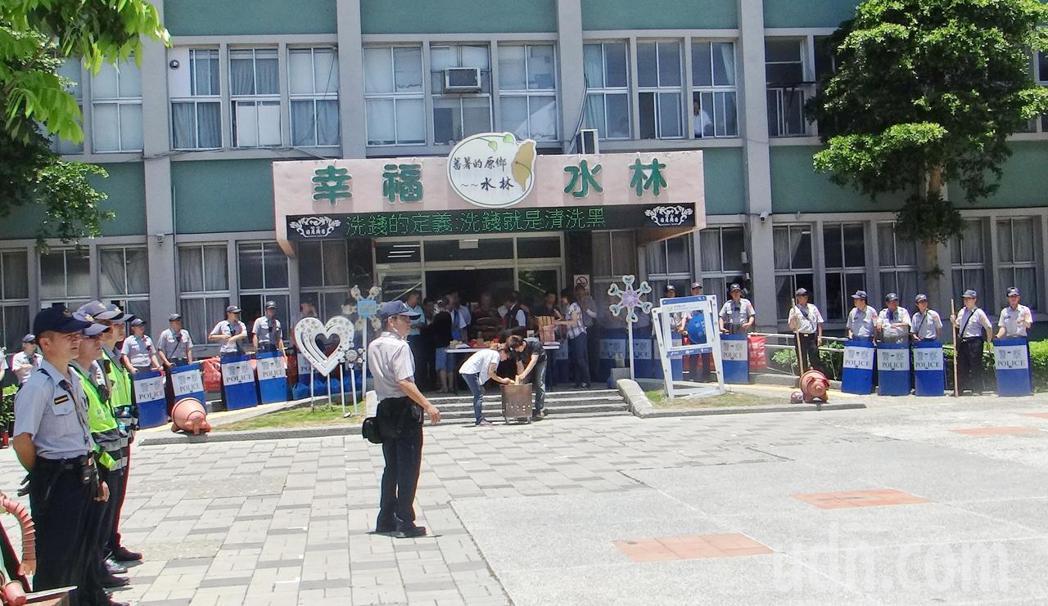 警方出動大批警力將水林鄉公所團團圍住,嚴陣以待,代表會則設香案備四果迎接前來抗議...